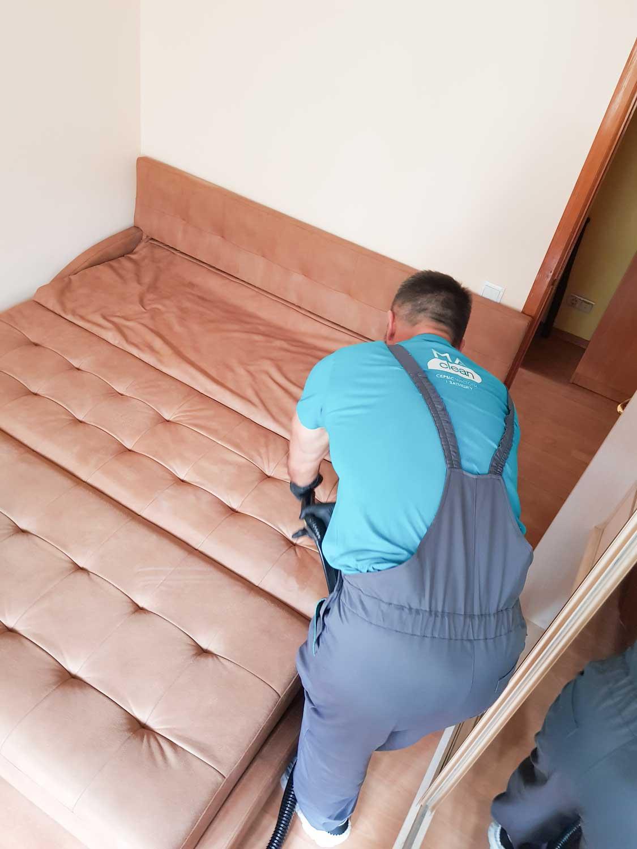 выездная химчистка диванов